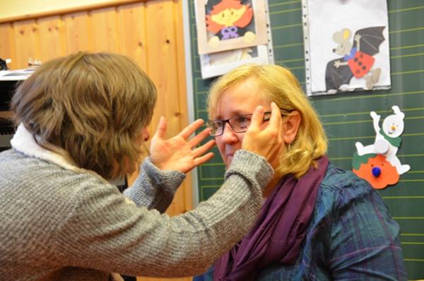 Schulleiterin Frau Schröder mit Optikmeisterin Melanie Hagemeister